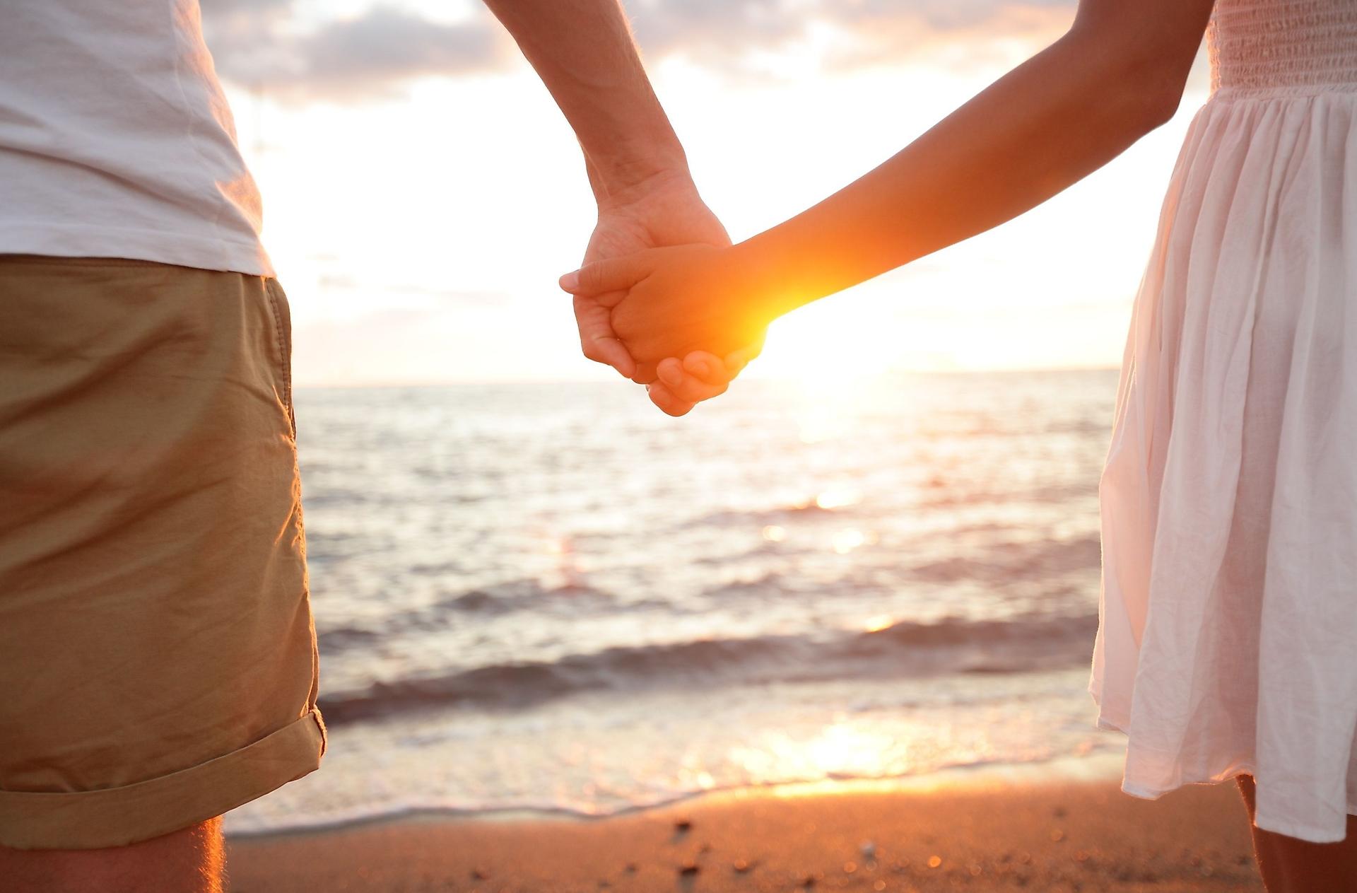 К чему снится держаться за руки с парнем который нравится
