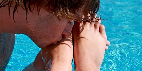 парень целует своей подруги ноги.фото ролики.